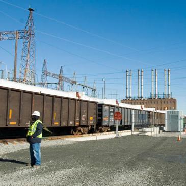 A train enters the Riverbend Steam Station site to pick up coal ash. (David Boraks/WFAE)